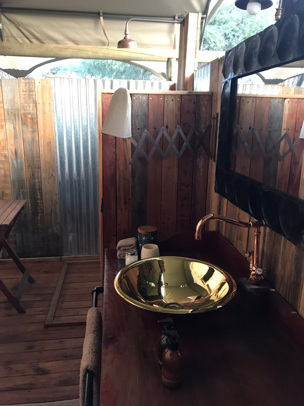Somalisa Expeditions en suite bush bathrooms, complete with antique style